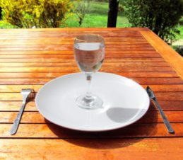 Fasting_4-Fasting-a-glass-of-water-on-an-empty-plate-300x262